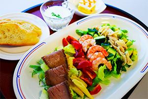ローストビーフとエビのチョップドサラダ